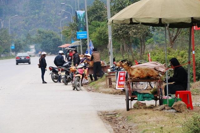 Dọc trên đường Tràng An đầy rẫy những quầy bán thịt dê di động