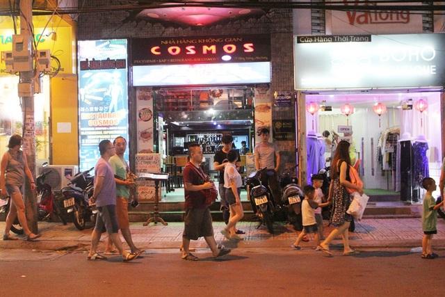 """Khách Trung Quốc nhộn nhịp ở """"phố Tây"""" Nha Trang - 1"""