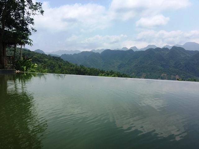 Bể bơi ngoài trời của khu du lịch