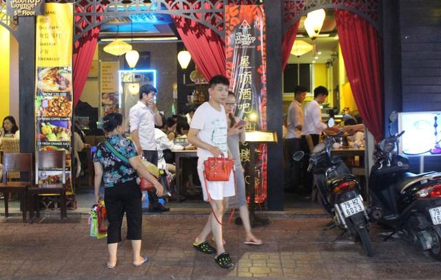 """Khách Trung Quốc nhộn nhịp ở """"phố Tây"""" Nha Trang - 3"""