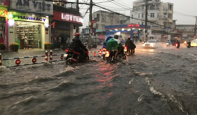 Mưa trái mùa cực lớn, kéo dài nhiều giờ chiều mùng 6 Tết ở Sài Gòn - 9