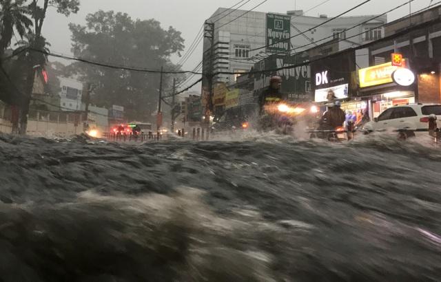 Mưa trái mùa cực lớn, kéo dài nhiều giờ chiều mùng 6 Tết ở Sài Gòn - 6