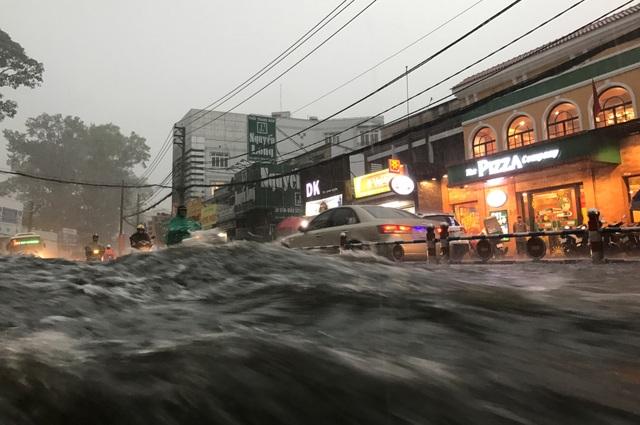 Nước mưa cuồn cuộn như thác đổ trên đường Võ Văn Ngân trong cơn mưa trái mùa cực lớn chiều tối mùng 6 Tết