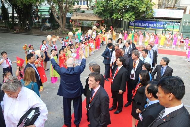 Tổng thống vẫy chào tất cả các thầy cô và các em học sinh thân thương.