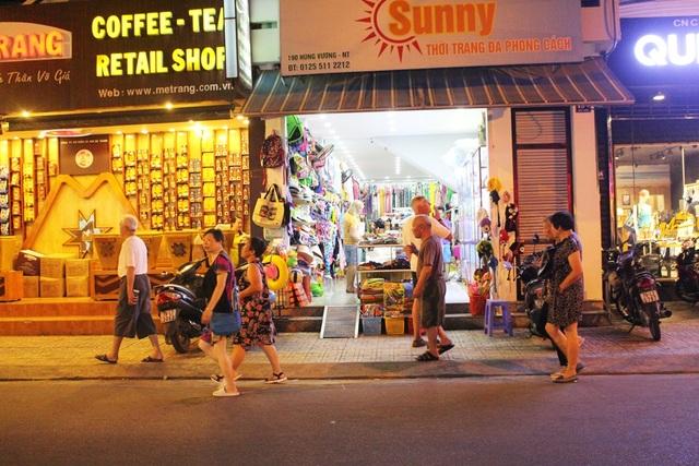 """Khách Trung Quốc nhộn nhịp ở """"phố Tây"""" Nha Trang - 6"""