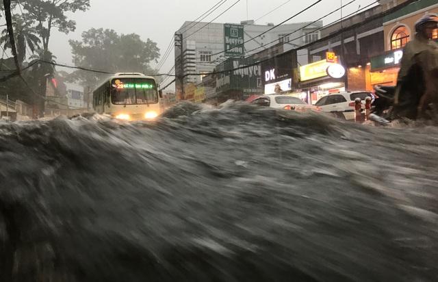 Mưa trái mùa cực lớn, kéo dài nhiều giờ chiều mùng 6 Tết ở Sài Gòn - 4