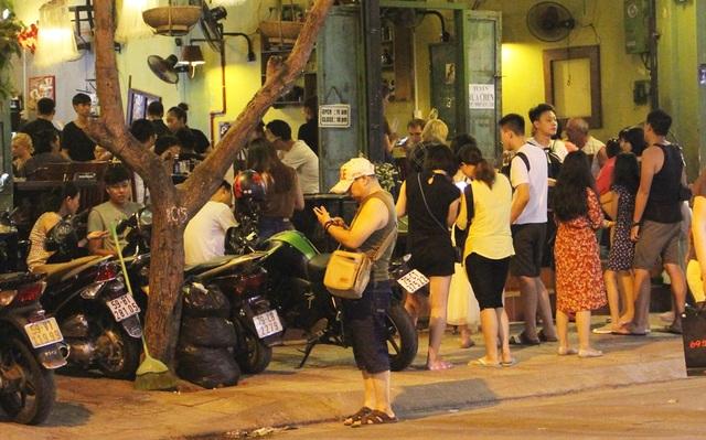"""Khách Trung Quốc nhộn nhịp ở """"phố Tây"""" Nha Trang - 7"""