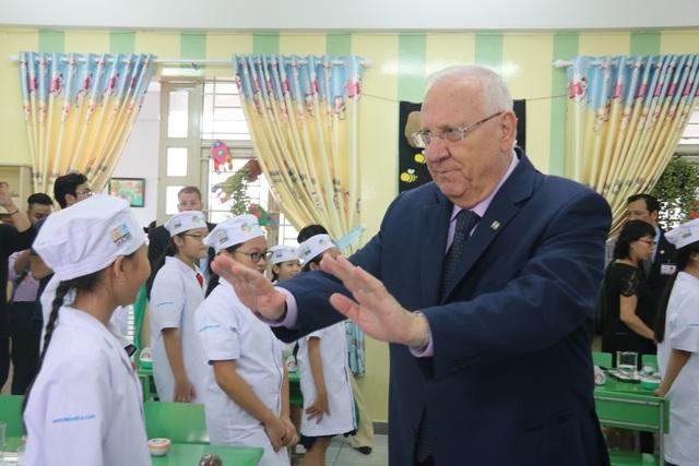 Tổng thống Israel đã dự thính tiết học của các em học sinh