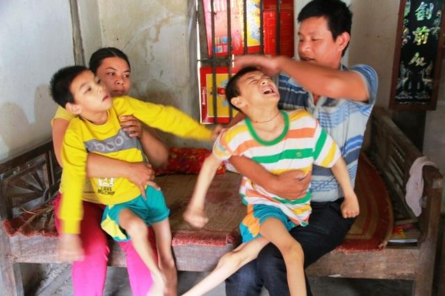 Vợ chồng anh Phương chị Nhung kiệt quệ vì 10 năm qua nuôi 2 người con bị bệnh bại não.