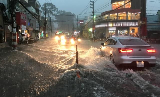 Mưa trái mùa cực lớn, kéo dài nhiều giờ chiều mùng 6 Tết ở Sài Gòn - 2