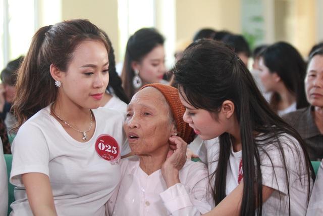 Đến thăm hỏi và tặng quà cho người già neo đơn và trẻ em cơ nhỡ tại Trung tâm của chùa Phật Tích.