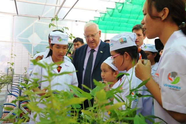 Tổng thống tham quan 1 mô hình học tập của các em tại Trường tiểu học Nguyễn Văn Trỗi.