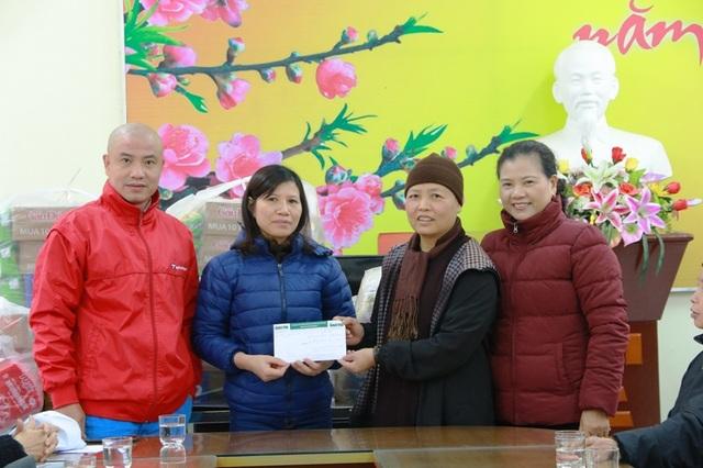 Sư thầy Thích Đàm Viên cùng các Phật tử chùa Vũ Thạch trao quà và số tiền 15 triệu đồng cho Trung tâm Bảo trợ và Công tác xã hội Ninh Bình.