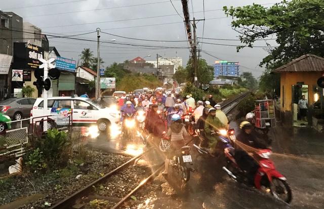 Sự cố khiến đoàn tàu phải dừng lại vài phút và làm giao thông qua các gác chắn phía trước bị ùn tắc.