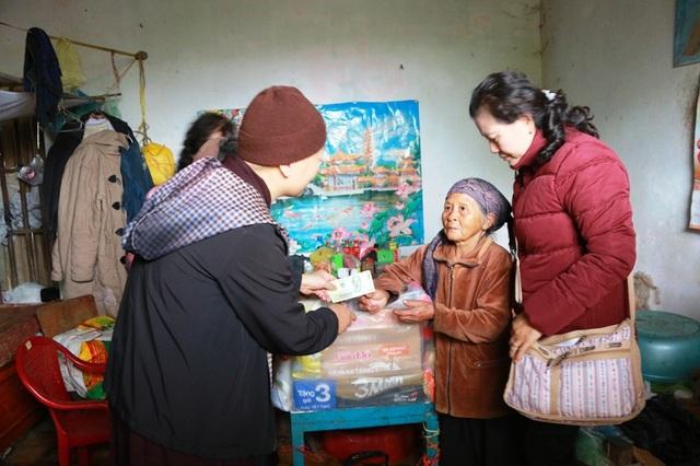 Hai cụ bà Hoàng Thị Se và Hoàng Thị Sợi ở xã Tân Thành, Kim Sơn, Ninh Bình nhận quà của đoàn