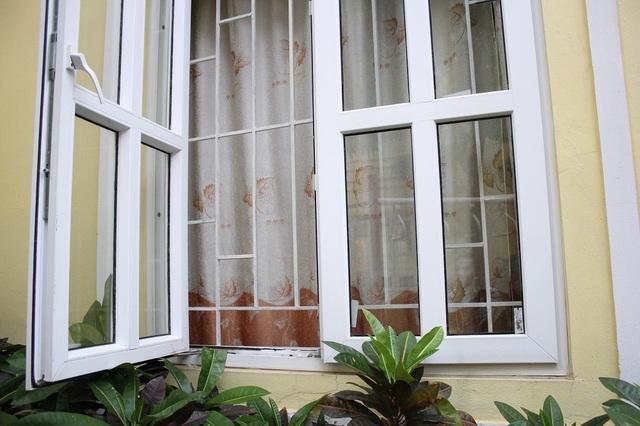Khe cửa sổ bé Q. A lách qua khi rơi xuống từ tầng 2