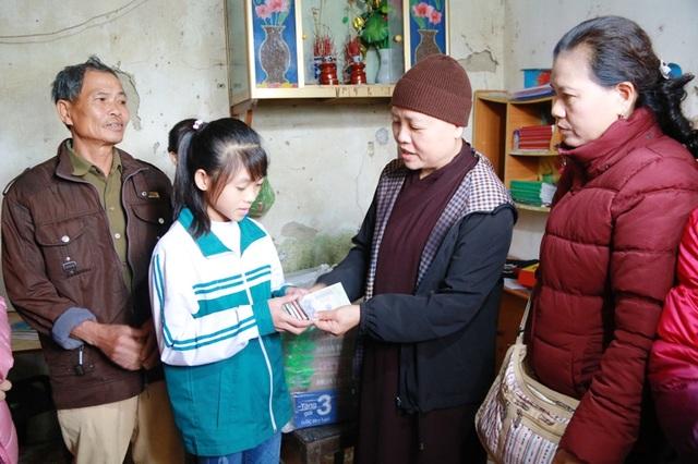 Hoàn cảnh em Đỗ Thị Huyền (lớp 10) và Đỗ Thị Trinh (lớp 6) ở xã Lai Thành (Kim Sơn) có bố mất sớm, mẹ bỏ đi, hai chị em côi cút nuôi nhau trong căn nhà dột nát được trao học bổng 5 triệu đồng.
