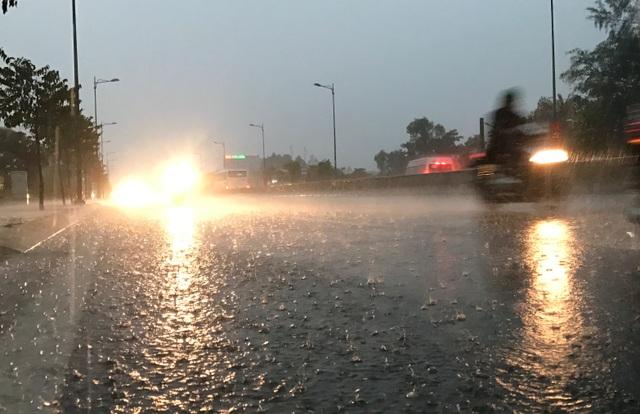 Đến gần 19h tối nay 2/2 (mùng 6 Tết Đinh Dậu), nhiều khu vực phía Đông TPHCM và các vùng lân cận như Bình Dương, Đồng Nai…vẫn còn có mưa rất lớn,