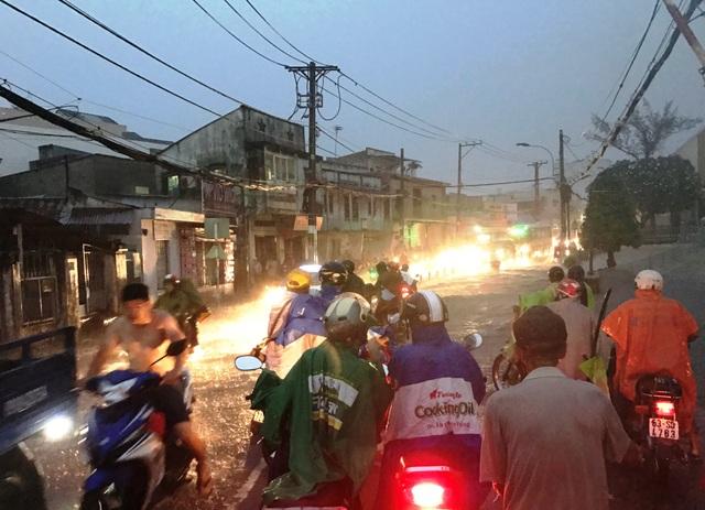 Khu vực gác chăn Tô Ngọc Vân lúc nào cũng đông đúc phương tiện, nếu vụ việc không kịp xử lý kịp thời thì tai nạn đường sắt thảm khốc là điều khó tránh.