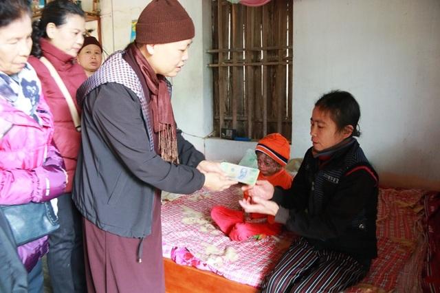 Em Đinh Hữu Tài 17 tuổi chỉ nặng 9kg, thân hình như đứa trẻ lên 3, phủ 1 lớp da khô như vỏ cây cùng mẹ bị bệnh nhiễm độc máu được Sư thầy Viên thăm hỏi và trao tận tay những món quà ý nghĩa cho gia đình.