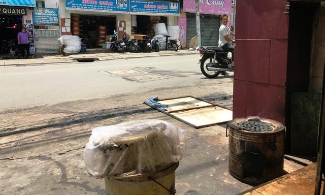 Theo chủ quán cháo vịt, chiếc nồi nấu nước lèo vừa được mình đặt lên bếp than thì bị 2 thanh niên tiếp cận, lấy trộm.