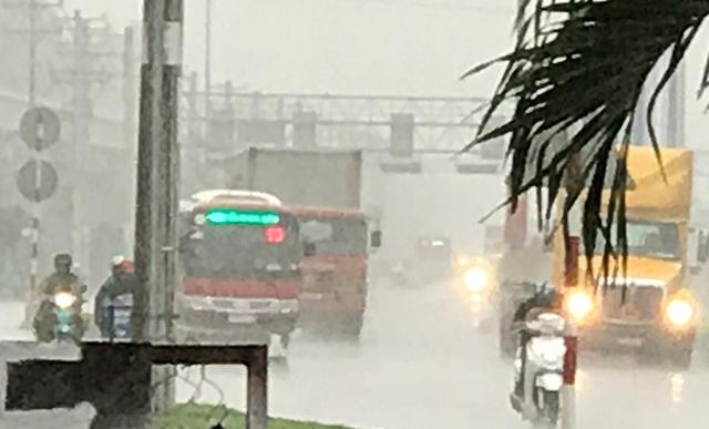 Xa lộ Hà Nội, cửa ngõ phía Đông TPHCM mờ mịt trong màn mưa chiều mùng 7 Tết Đinh Dậu (ngày 3/2).