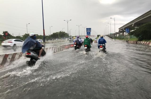 Ngập sâu ở đầu cầu Rạch Chiếc, trên xa lộ Hà Nội, quận Thủ Đức trong cơn mưa trái mùa chiều mùng 8 Tết.