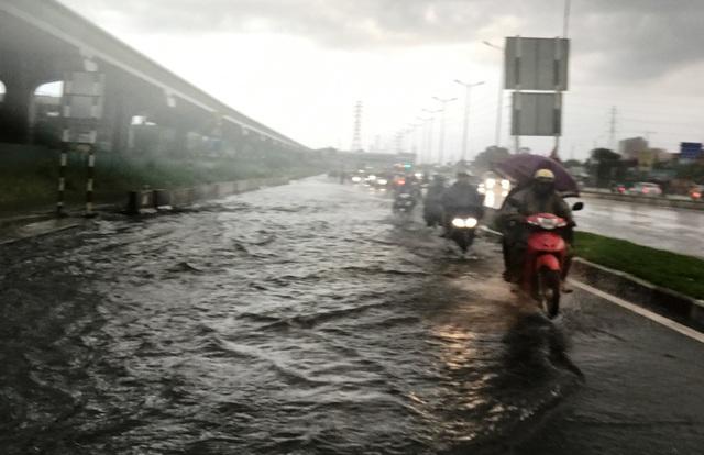 Cơn mưa chiều mùng 8 Tết (ngày 4/2) khiến nhiều khu vực ở TPHCM ngập sâu trong biển nước. Hình ảnh này không ai nghĩ rằng đang giữa thời điểm vẫn còn không khí Tết Nguyên đán.