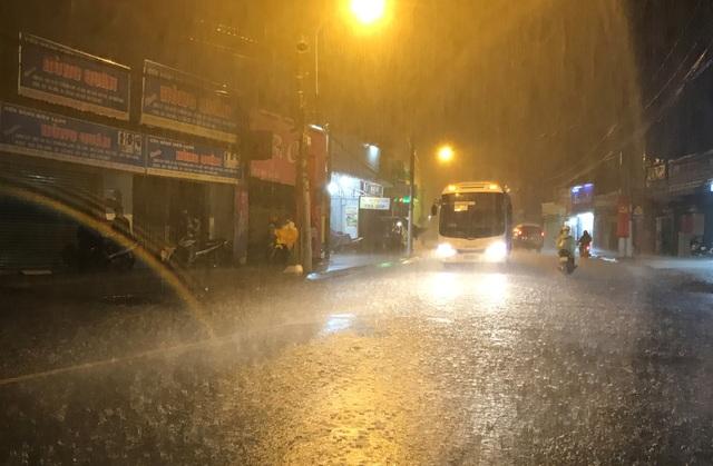 Đây là ngày tứ 4 liên tiếp (từ mùng 6 đến mùng 9 Tết Đinh Dậu), TPHCM có mưa trái mùa cực lớn.
