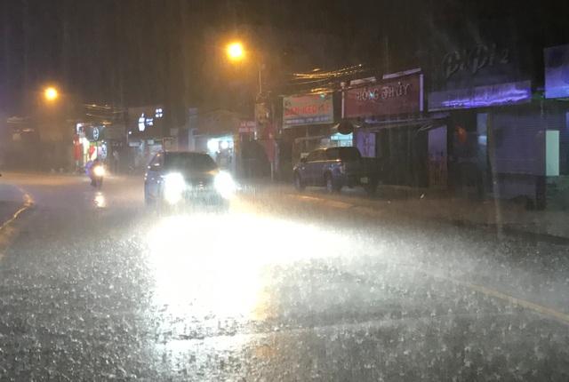 Tối mùng 9 Tết (5/2), nhiều khu vực ở TPHCM tiếp tục có mưa trái mùa cực lớn, kéo dài khoảng nửa giờ.