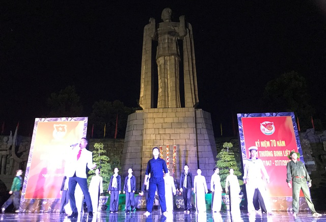 Nghĩa trang liệt sĩ lung linh trong đêm thắp nến tri ân - 2