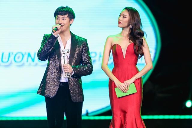 """Giải thưởng """"Gương mặt phát hiện"""" được trao cho ca sĩ – diễn viên Rocker Nguyễn."""