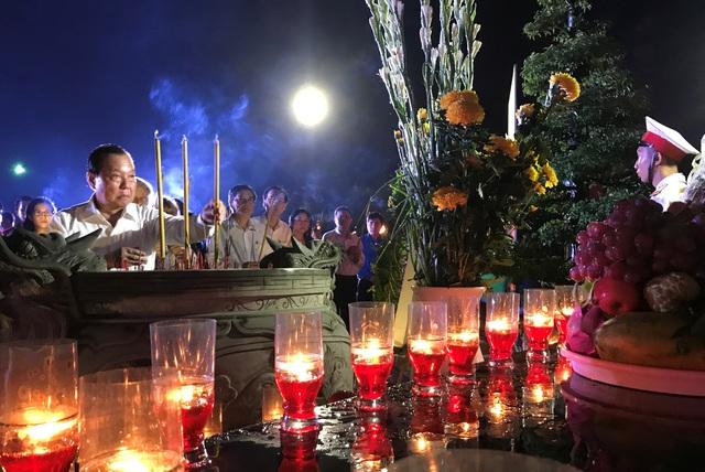 Nguyên Bí thư Thành ủy TPHCM Lê Thanh Hải thắp hương tại đài tưởng niệm Mẹ Việt Nam anh hùng.