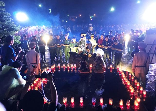 Nghĩa trang liệt sĩ lung linh trong đêm thắp nến tri ân - 4