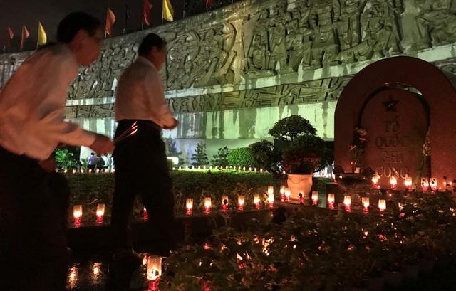 Nghĩa trang liệt sĩ lung linh trong đêm thắp nến tri ân - 5
