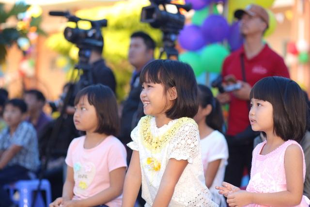 """Phan Anh, Helly Tống """"kết nối yêu thương"""" với trẻ em mái ấm Đà Nẵng - 3"""