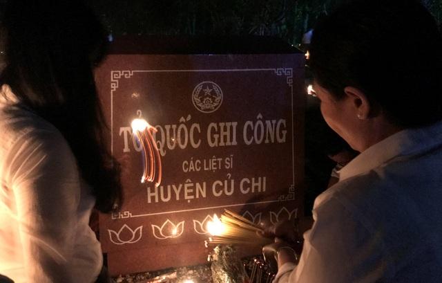 Nghĩa trang liệt sĩ lung linh trong đêm thắp nến tri ân - 8