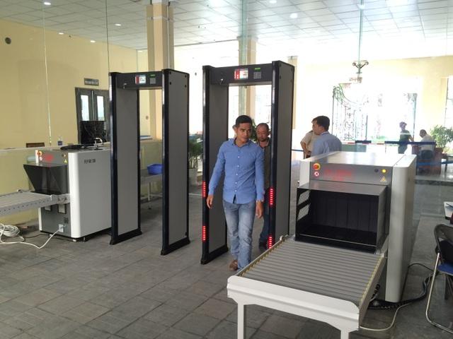 Vào trụ sở UBND TPHCM phải đi qua cổng từ, máy soi - 2
