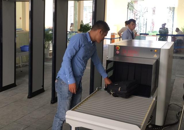 Vào trụ sở UBND TPHCM phải đi qua cổng từ, máy soi - 3