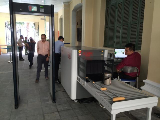 Từ ngày 31/3, khách ra vào trụ sở UBND TP phải đi qua cổng từ để kiểm tra