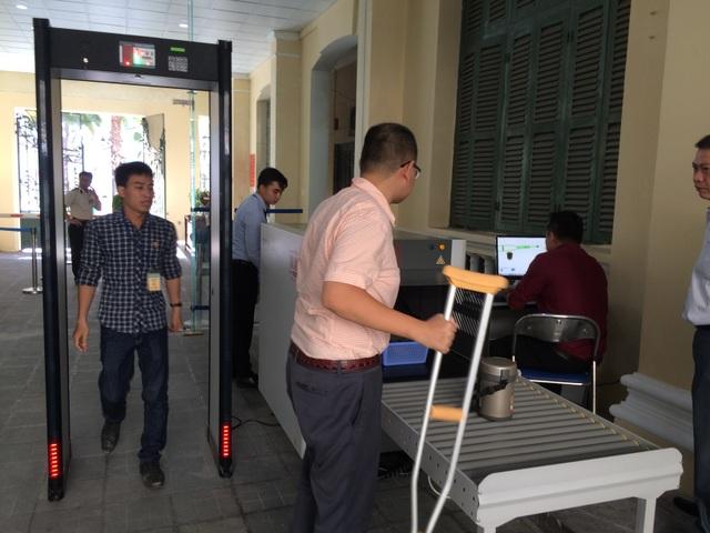 Một số hình ảnh kiểm tra khách ra vào trụ sở UBND TPHCM sáng 31/3.
