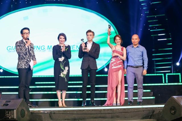 """Bảo Anh và Soobin Hoàng Sơn nhận được giải thưởng """"Gương mặt triển vọng"""" ở bảng ca sĩ nam và nữ."""