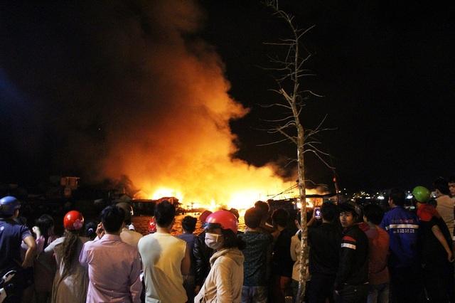 Đến khoảng 1h30 ngày 18/1, vụ cháy chưa được dập tắt hoàn toàn. Vụ cháy khiến hàng trăm người dân có nguy cơ rơi vào cảnh màn trời chiếu đất khi Tết Nguyên đán đang đến gần