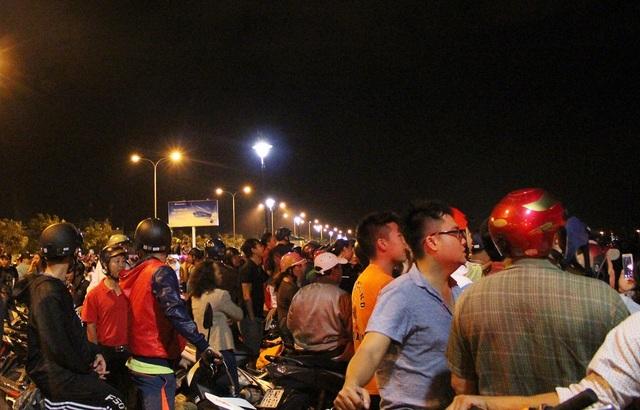 Hàng trăm người dân theo dõi việc khống chế vụ cháy được cho là lớn nhất ở TP Nha Trang trong nhiều năm qua