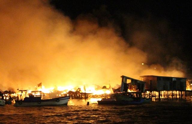 22h30 ngày 17/1, hàng chục căn nhà gỗ tạm bợ ở cửa sông Cái (thuộc phường Vĩnh Phước, TP Nha Trang, Khánh Hòa) bất ngờ bốc cháy dữ dội, cột khói cao hàng chục mét