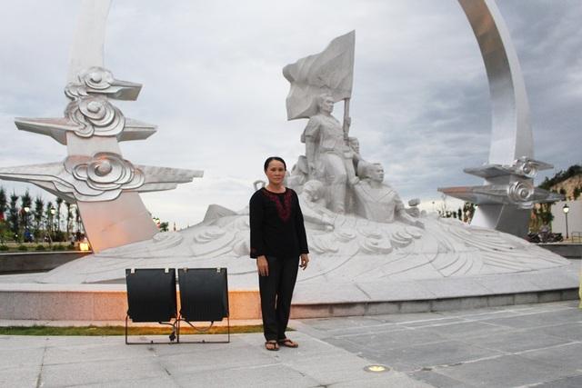 Bà Đỗ Thị Hà (TP Cam Ranh, Khánh Hòa) - vợ liệt sĩ Đinh Ngọc Doanh bên cụm tượng đài Gạc Ma