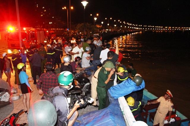 Lực lượng chức năng trắng đêm tiếp cận vụ cháy để cứu tài sản cho dân. Hiện chưa xác định có người bị kẹt trong đám cháy hay không