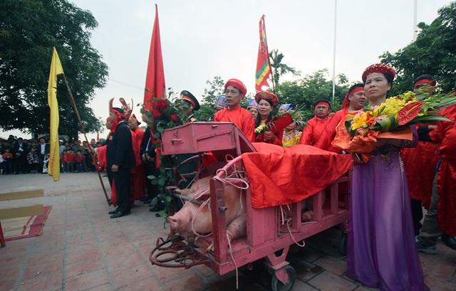 Mùa lễ hội 2017, Sở VH-TT&DL Bắc Ninh đặc biệt lưu ý việc không thực hiện tục chém lợn công khai giữa sân đình đối với lễ hội truyền thống ở Ném Thượng (phường Khắc Niệm, Tp. Bắc Ninh). Đây cũng là chủ đề gây tranh luận gay gắt trong 3 năm gần đây, giữa một bên cho rằng cần tiếp tục việc chém lợn công khai theo nghi lễ truyền thống, bên còn lại cho rằng đây là hủ tục không phù hợp với văn minh hiện đại.  Sáng 2/2 (mùng 6 Tết), lễ hội Ném Thượng như thường lệ lại được tổ chức ở đình làng với hai ông ỉn được rước ra khu vực tế lễ.