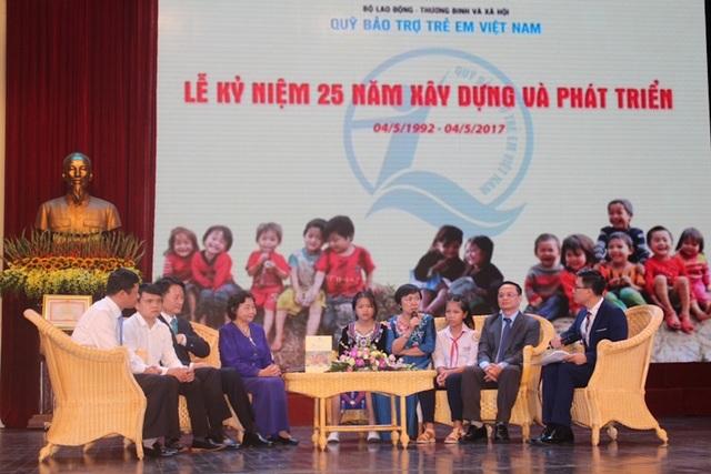 Bà Cao Thị Ngọc Dung (giữa) cùng trò chuyện tại lễ Kỷ niệm 25 năm xây dựng và phát triển Quỹ Bảo Trợ Trẻ Em Việt Nam