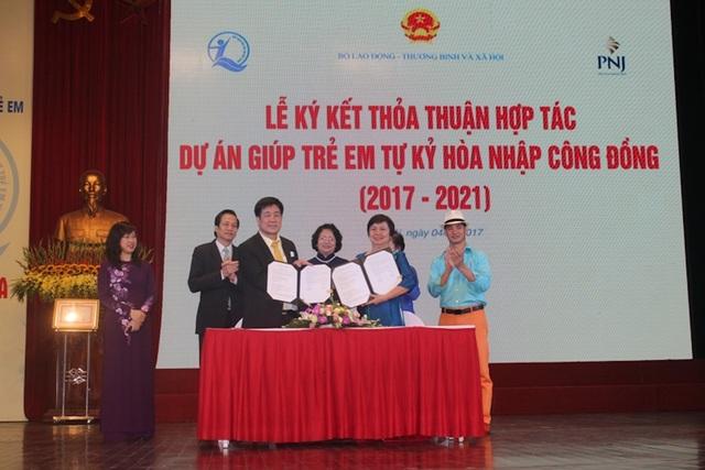 """Bà Cao Thị Ngọc Dung – TGĐ PNJ, ký kết thỏa thuận hợp tác """"Dự án giúp trẻ tự kỷ hòa nhập cộng đồng"""" cùng đại diện Quỹ Bảo Trợ Trẻ Em Việt Nam"""